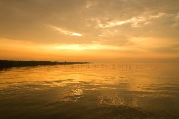 Kalme zee en lucht tijdens zonsondergang