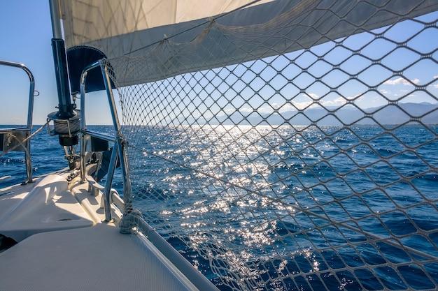 Kalme zee. het jachtstagzeil maakt een schaduw van de felle zon
