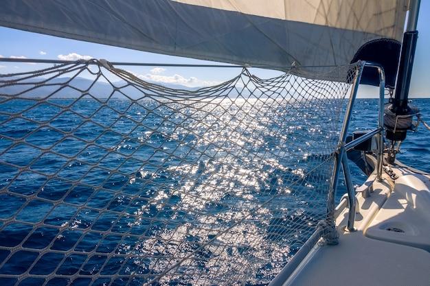 Kalme zee. jachtstagzeil maakt een schaduw van de felle zon