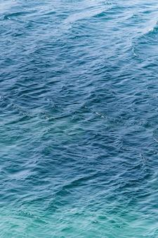 Kalme zeetextuur, met weinig golven en turquoise tinten
