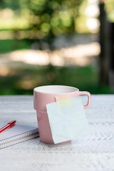 Kalmerende verfrissende omgeving, ideeën voor een tuincafé, ontspanningservaring in de buitenlucht, omarmen van de natuur, warm klimaat, werkruimte buiten, belangrijke notities schrijven