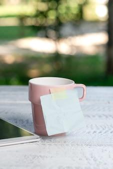 Kalmerende verfrissende omgeving, ideeën voor een tuincafé, ontspanningservaring in de buitenlucht, omarmen van de natuur, warm klimaat, werkruimte buiten, belangrijke notities schrijven Premium Foto