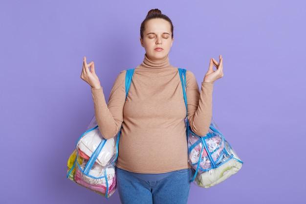 Kalmerende zwangere vrouw over sering