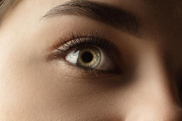 Kalmte. sluit omhoog van gezicht van mooie kaukasische jonge vrouw, concentreer me op ogen.