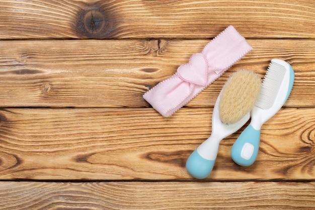 Kam en borstel voor de verzorging van pasgeboren baby's
