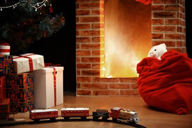 Kamer kerstboom open haard lichten, kerst interieur decoratie, hangende sok en aanwezig speelgoed