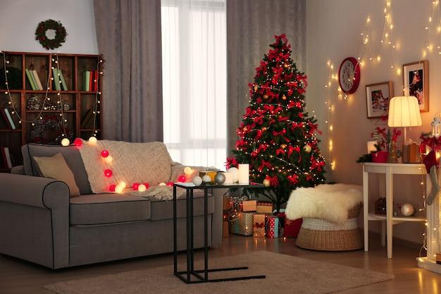 Kamer versierd voor kerstmis met prachtige dennenboom