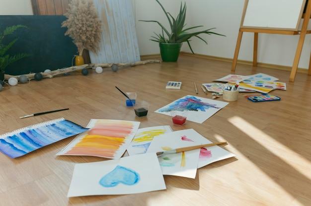 Kamer vol met schilderen op de vloer