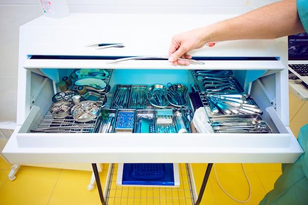 Kamer voor verwerking met het instrument in het kantoor van de tandarts, medisch kantoor