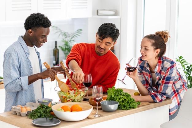 Kamergenoten in de keuken die middelgroot schot koken