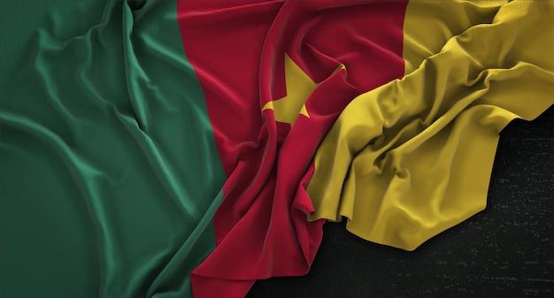 Kameroenvlag gerimpelde op donkere achtergrond 3d render