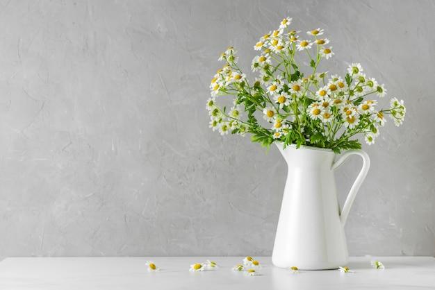 Kamille of kamillebloemenboeket op wit met exemplaarruimte
