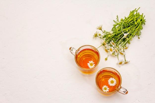 Kamille thee. verse bloemen, zomer warme drank concept. alternatieve geneeskunde, levensstijl