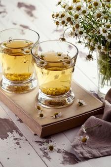 Kamille theekopjes op een houten bord