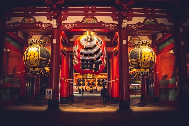 Kaminarimonpoort bij nachtlicht van tempel sensoji-ji - asakusa-district, tokyo