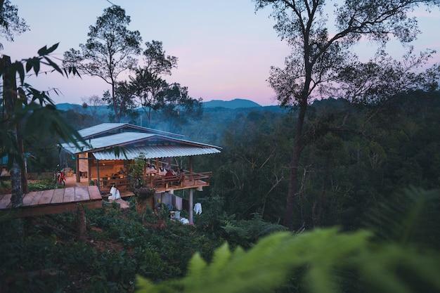 Kampen en huizen in het bos, huis in het avondbos in azië
