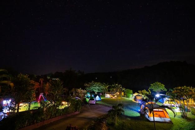 Kamperen en tent in natuurpark 's nachts