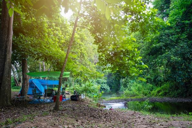 Kamperen en tent in natuurpark