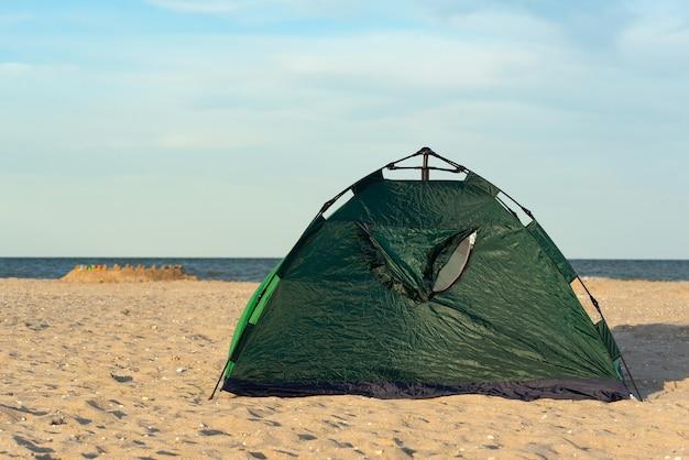 Kamperen en tent op zanderige kust