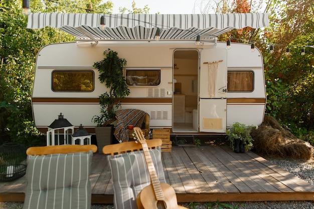 Kamperen in een caravan, camper kamperen in het bos, niemand. reizen met een busje, vakanties met de camper, buitenkant van de kampeerauto, recreatievoertuig