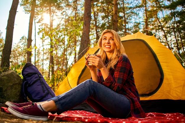 Kamperen in het bos Premium Foto