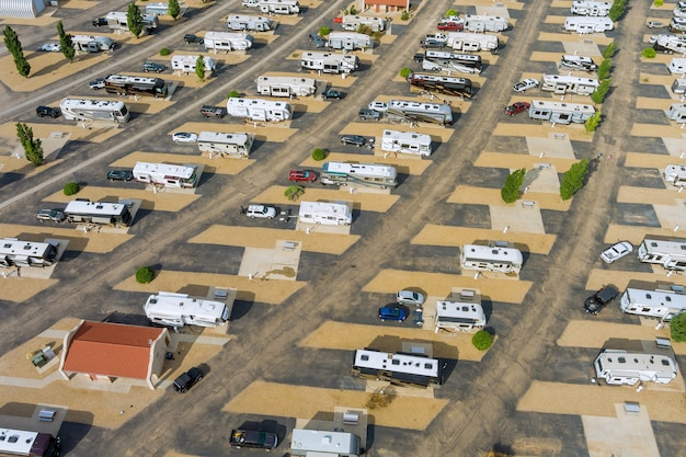 Kamperen met rv-aanhanger op resortparking campingpark met reis-rv-clubhuis