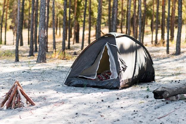 Kampvuur en tent in de natuur