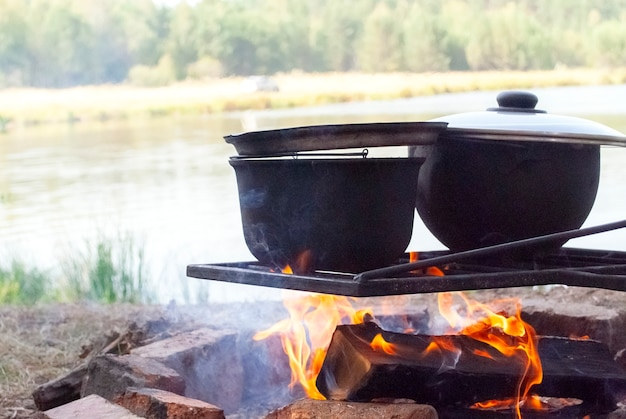 Kampvuur eten buiten in de natuur