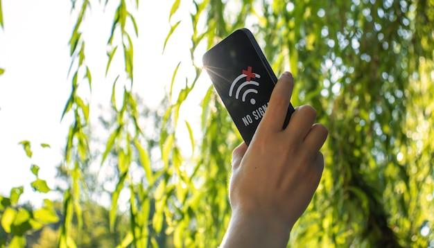 Kan geen mobiele telefoondekking vinden in het bos, verloren in het bosconcept