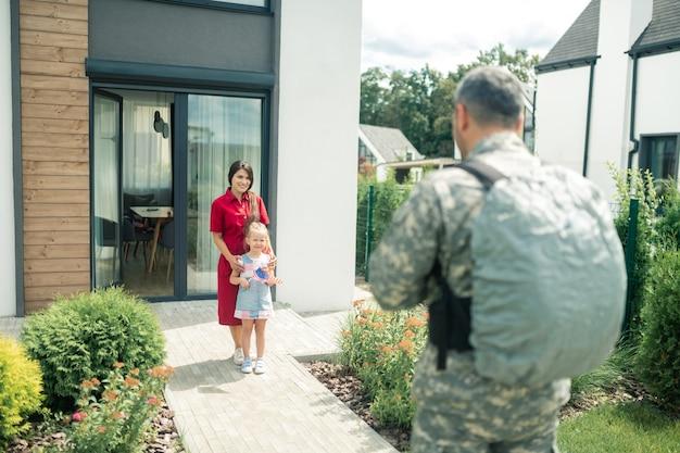 Kan het niet geloven. vrouw en dochter kunnen hun ogen niet geloven als ze hun militair thuis zien