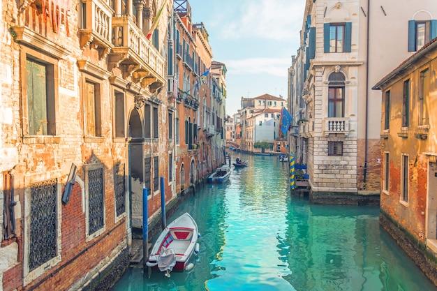 Kanaal in venetië, uitzicht op de architectuur en gebouwen. typisch stadsbeeld.