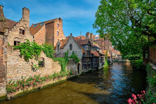 Kanaal met oude huizen in brugge, beligum