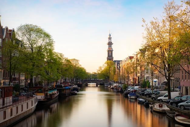 Kanalen van amsterdam tijdens zonsondergang in nederland.