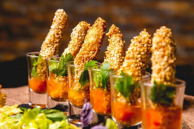 Kanapegarnalen in saus met gemengd salade zijaanzicht