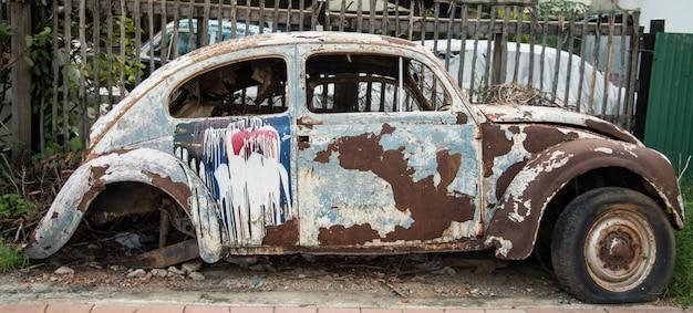 Kanchanaburi, thailand - 15 augustus 2015: wheathered roest wacht een oude vintage auto op mainta