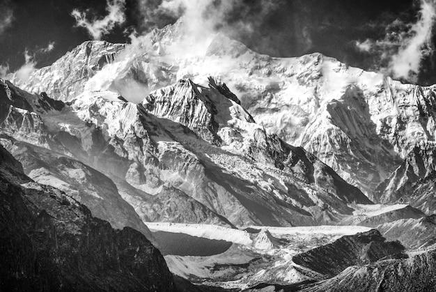Kanchenjunga en gletsjers in zwart en wit