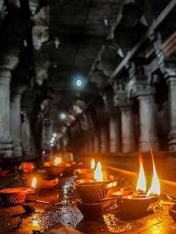 Kanchipuram india zicht op brandende kaarsen in de sri ekambranathar-tempel in kanchipuram