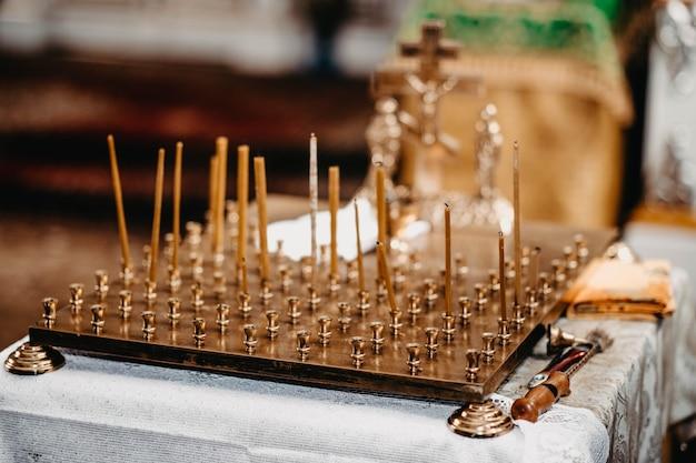 Kandelaars en kandelaars in gouden tempels