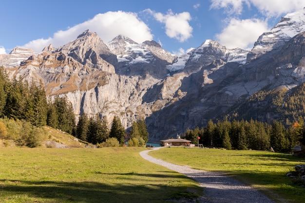 Kandersteg vallei met groen gras en bergen in zwitserland