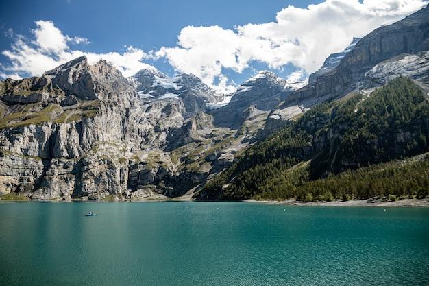 Kandersteg zwitserland - uitzicht op rothorn, bluemlisalphorn, oeschinenhorn, fruendenhorn en oeschinensee
