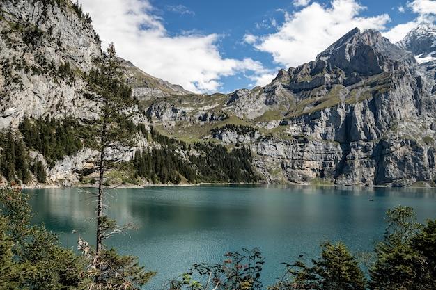 Kandersteg zwitserland - uitzicht op rothorn en bluemlisalphorn en oeschinensee