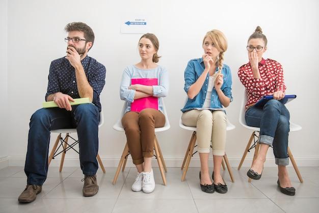 Kandidaten die wachten op een sollicitatiegesprek.