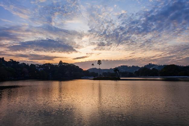 Kandy lake op zonsondergang