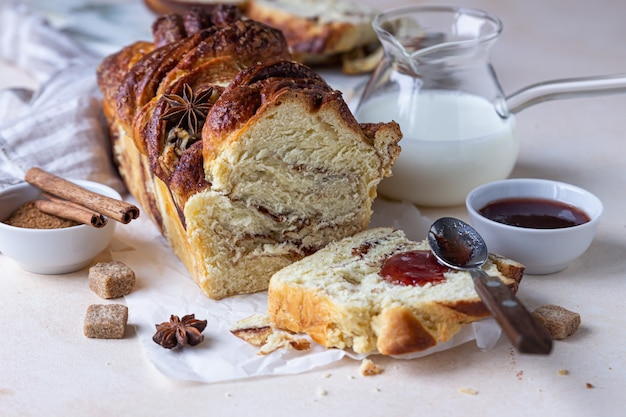 Kaneel en bruine suiker babka of briochebrood met jam en melk