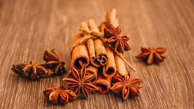 Kaneel en steranijs op houten achtergrond, kruiden en specerijen