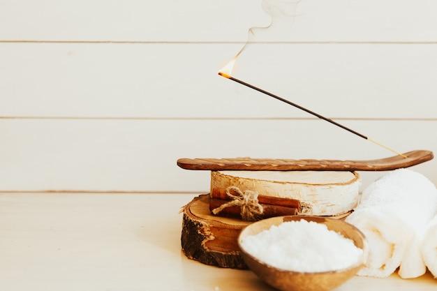 Kaneel met aromatische staven en sierschors op een witte achtergrond.