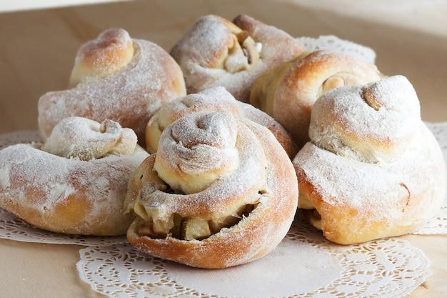 Kaneelbroodje met appel en poedersuiker