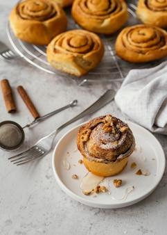 Kaneelbroodje met hoge hoek met noten