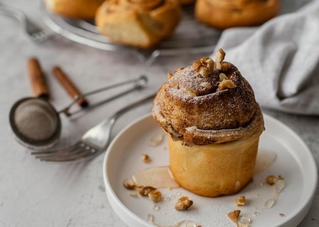 Kaneelbroodje met noten hoge hoek