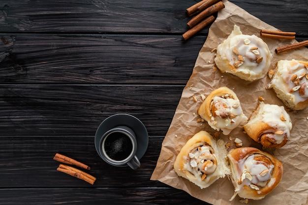 Kaneelbroodjes en koffie bovenaanzicht